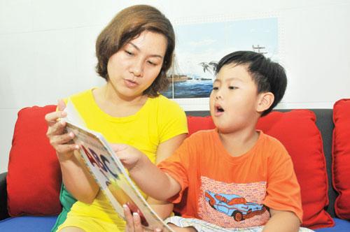 Ngày nay, trẻ con sớm tiếp xúc nhiều với sách và phim ảnh bằng tiếng Anh - Ảnh: Diệp Đức Minh