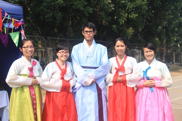Sinh viên ĐHHBK HN mặc trang phục Hanbok truyền thống của Hàn Quốc