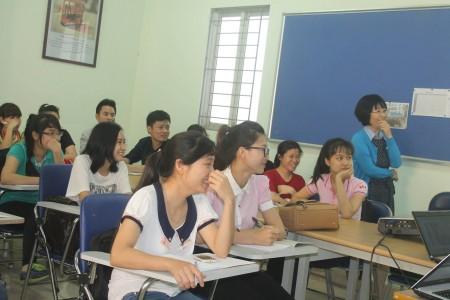 Cô giáo Hàn Quốc tại buổi Khai giảng lớp học