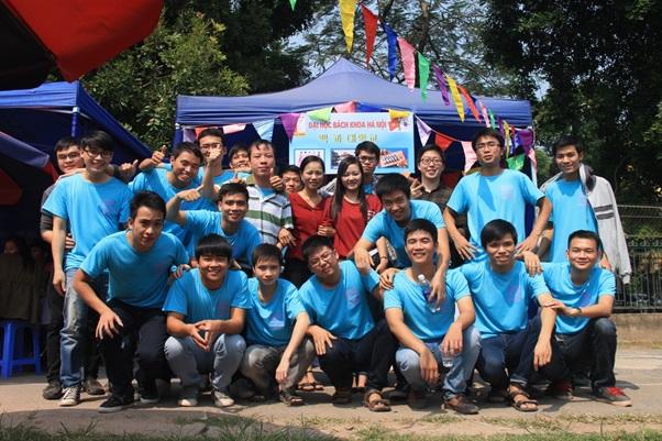 Sinh viên chụp ảnh với giáo viên dạy tiếng Hàn