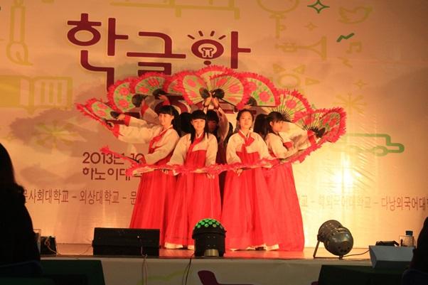 Tiết mục múa quạt truyền thống của Hàn Quốc